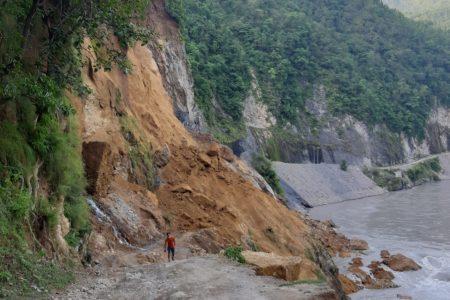 रिडिको बिष्णु पञ्जरमा भीषण पहिरो, मानबिय क्षति हुन बाट जोगियो, हेरौ live भिडियो सहित: